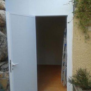 מבנה פנל מבודד מחובר לקירות קיימים